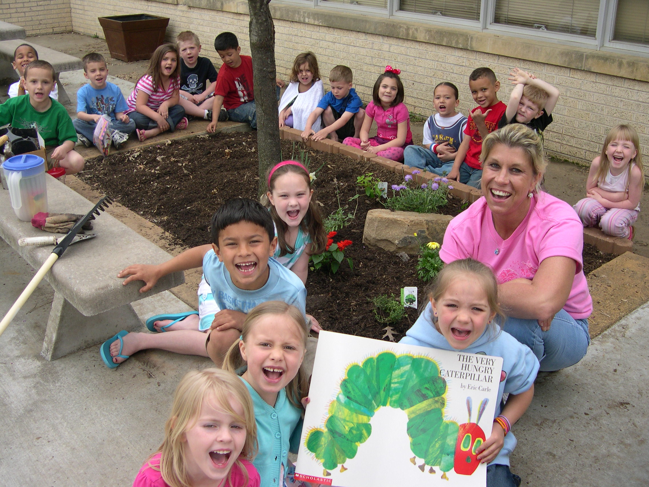 Tony Goetz students reading in their garden (Muskogee, 2009)